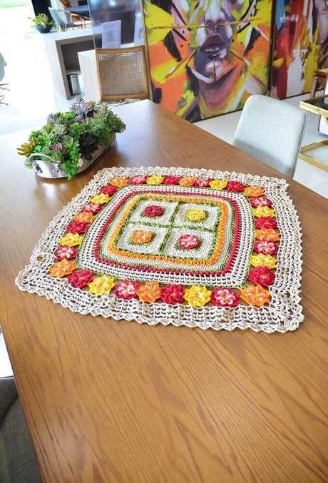 35. Centro de mesa quadrado e colorido para decorar sua cozinha – Via: Decor Fácil