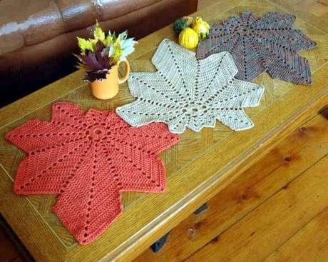 36. Centro de mesa de crochê com folhas coloridas – Via: Revista VD