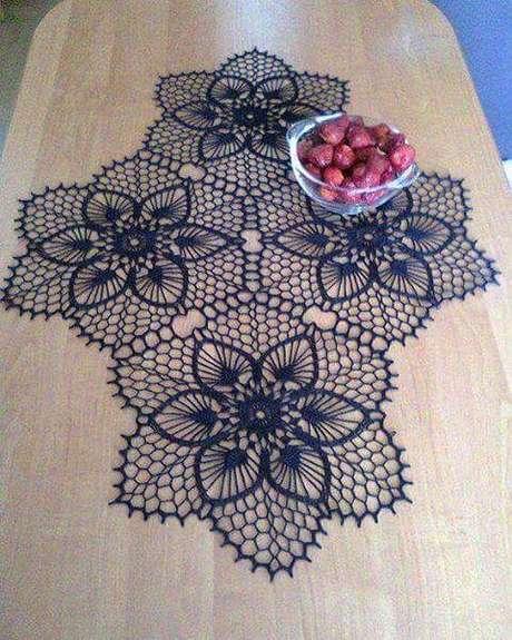 40. Flores em crochê no centro de mesa – Via: Pinterest