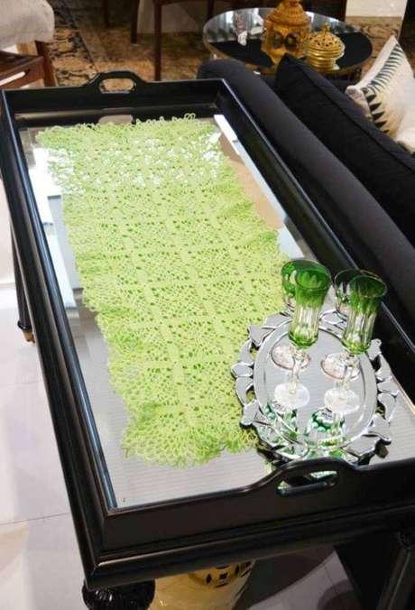 3. Centro de mesa de crochê retangular para aparador espelhado – via: Pinterest