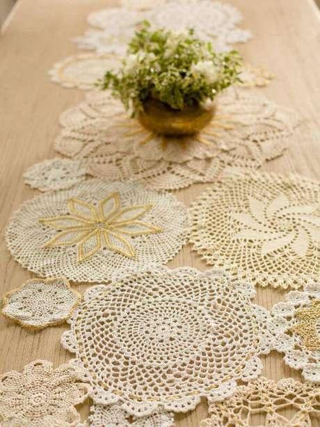 5. Centro de mesa de crochê fácil com vários círculos de crochê juntos – Via: Revista VD