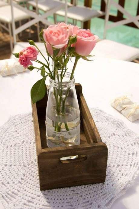 51. Centro de mesa decorado com flores cor de rosa – Via: The New Pink