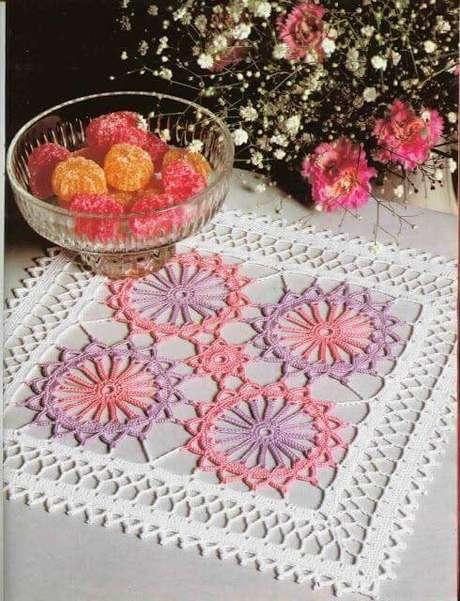 56. Centro de mesa quadrado com rosa e roxo – Via: Decor Fácil