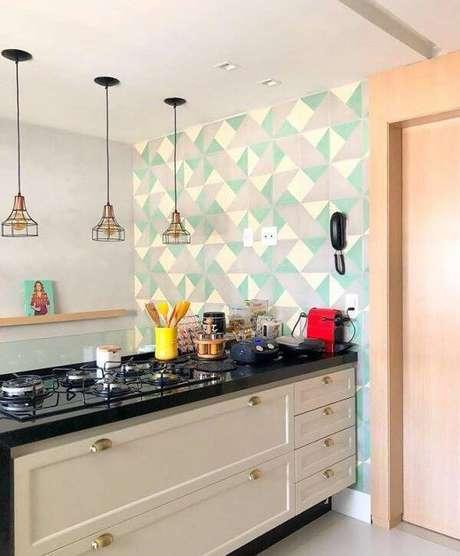 20. Cozinha americana com bancada feita em granito verde ubatuba. Fonte: Pinterest