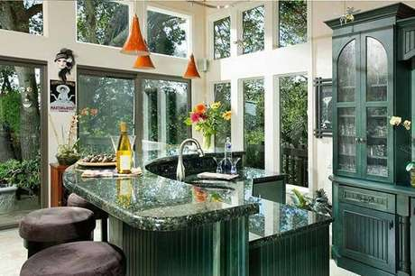 21. Cozinha cheia de luz com granito verde ubatuba. Fonte: Pinterest