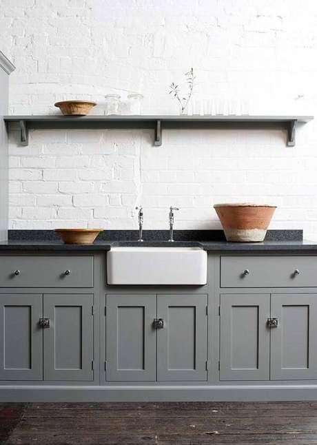 22. Cozinha com armários em tom cinza e bancada de granito verde ubatuba. Fonte: Pinterest