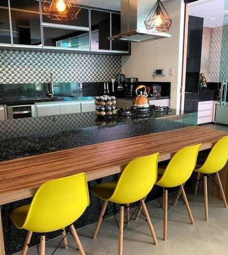 23. Cozinha com bancada de granito verde Ubatuba e cadeiras Eiffel amarela. Fonte: Pinterst