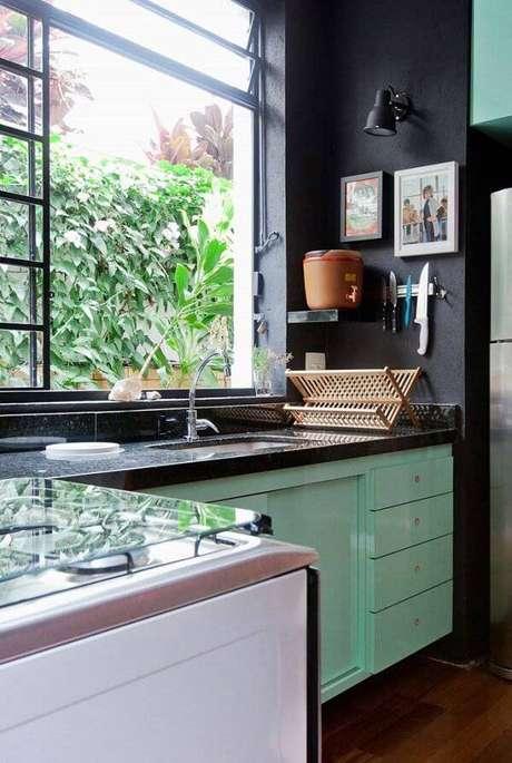 24. Cozinha com decoração descontraída e iluminada com janela grande e bancada de granito verde ubatuba. Fonte: Pinterest