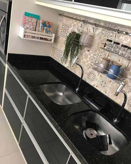 28. Cozinha compacta com bancada de granito verde ubatuba. Fonte: Pinterest