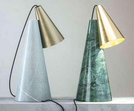 3. Luminária engenhosa feita com estrutura verde ubatuba granito. Fonte: Pinterest