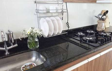 29. Bancada com granito verde ubatuba e fogão cooktop. Fonte: Pinterest
