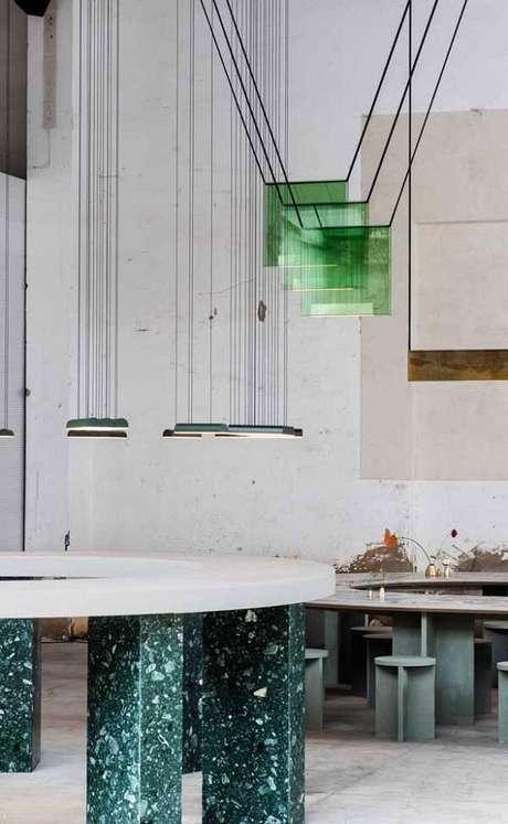 32. O granito verde ubatuba serviu de acabamento para a mesa da sala de jantar. Fonte: Pinterest