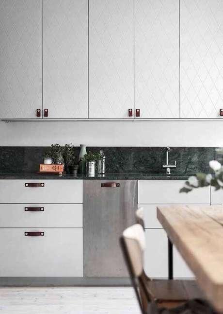 34. Cozinha com armários em tom branco e bancada de granito verde ubatuba. Fonte: Pinterest