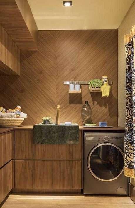35. A cuba da lavanderia recebeu acabamento especial com granito verde ubatuba. Fonte: Pinterest