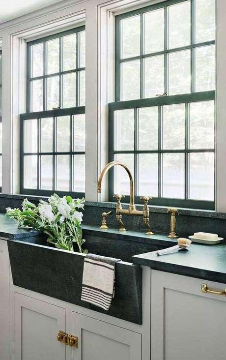 37. Cozinha iluminada com bancada extensa de granito verde ubatuba. Fonte: Pinterest