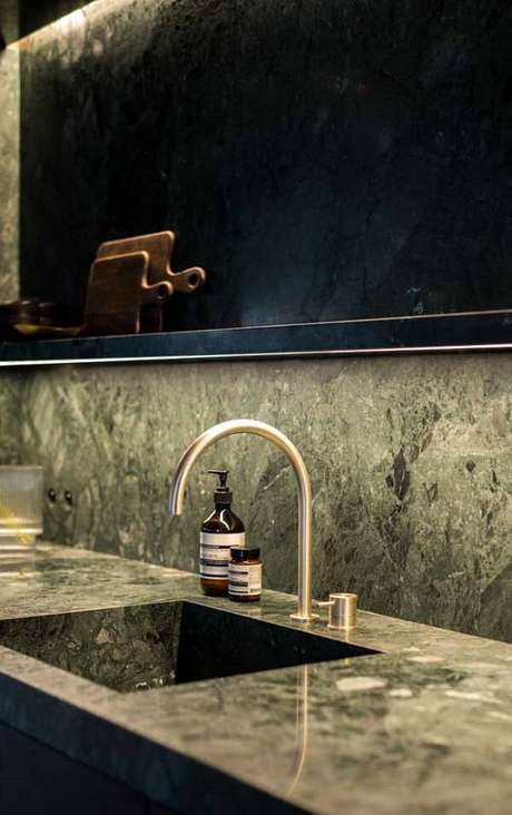 38. Cozinha com iluminação embutida e bancada de granito verde ubatuba. Fonte: Pinterest