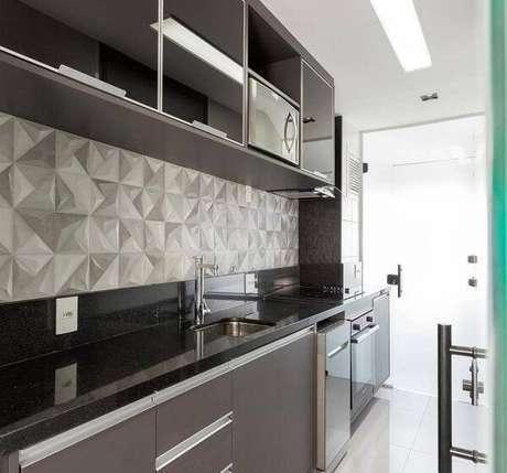 40. Cozinha com parede 3D e bancada de granito verde ubatuba. Fonte: Pinterest