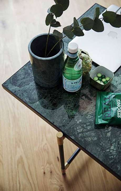 41. Mesa de centro de granito verde ubatuba e pés de ferro. Fonte: Ideias Decor