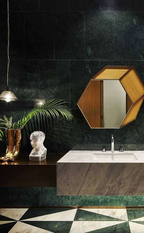 48. Banheiro com parede revestida de granito verde ubatuba. Fonte: Pinterest