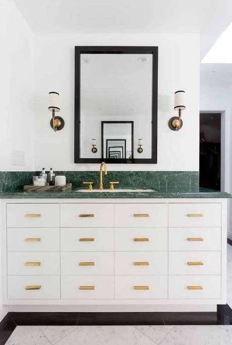 6. Banheiro com decoração sofisticada em tons de branco, dourado e verde. Fonte: Pinterest