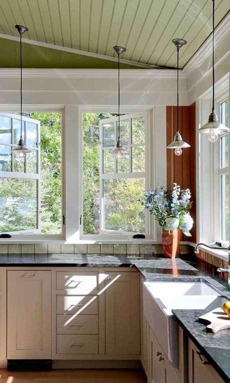 50. Cozinha iluminada com bancada de granito verde ubatuba. Fonte: Pinterest