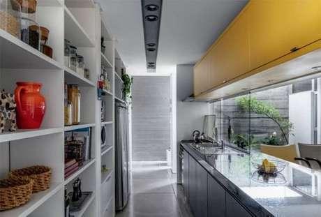 67. Cozinha com decoração descontraída e pia de granito. Fonte: Pinterest