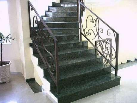7. Escada de granito verde ubatuba e guarda corpo de ferro. Fonte: Pinterest