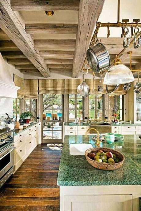 59. O granito verde ubatuba combina perfeitamente com uma cozinha rústica. Fonte: Pinterest