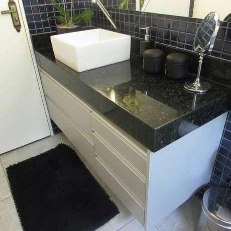 60. O granito verde ubatuba é uma excelente opção para a decoração do banheiro. Fonte: Pinterest