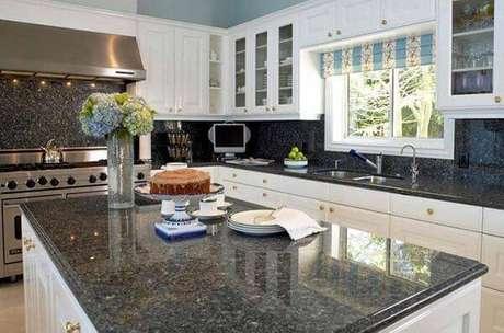 61. O granito verde ubatuba se destaca na cozinha branca. Fonte: Pinterest