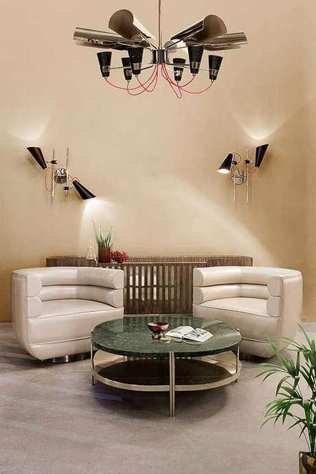 46. Sala de estar com centro de mesa feito com granito ubatuba verde. Fonte: Pinterest