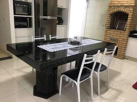 65. Sala de jantar com mesa feita de granito verde ubatuba. Fonte: Nova Marmoraria