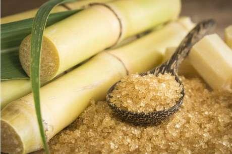 A cana-de-açúcar é a matéria-prima usada para fazer açúcar