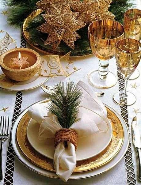 10. Adornos nas taças, talheres trabalhados ou pratos com bordas douradas trazem um toque especial a mesa. Fonte: Pinterest