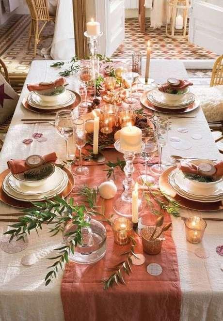 12. Invista na composição toalha + trilho para compor a decoração da mesa. Fonte: Pinterest