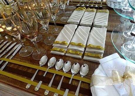 14. Separe um lugar especial para organizar taças e talheres. Fonte: Pinterest