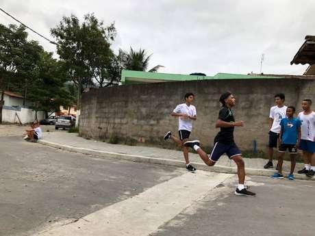 Treinador de Ilhabela comandou treinos na rua visando a São Silvestrinha (Foto: Divulgação/Equipe de Ilhabela)