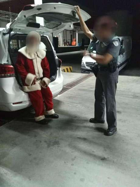 Um homem de 67 anos que trabalhava como Papai Noel em um shopping foi preso após mostrar material pornográfico para duas meninas