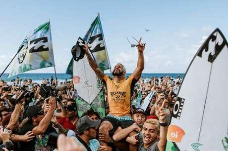 Ítalo Ferreira venceu o compatriota Gabriel Medina em Pipeline (Foto: Cestari/WSL/Divulgação)