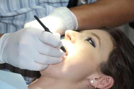 A placa causa a cárie quando os ácidos que ela produz atacam os dentes, o que acontece após as refeições. Sofrendo esses ataques repetidos, o esmalte dos dentes pode se desfazer e abrir caminho para a formação de cárie.