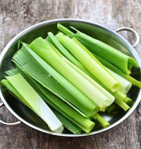 8. Como plantar alho poró em casa pode trazer benefícios para a saúde. Fonte: Tempero Alternativo