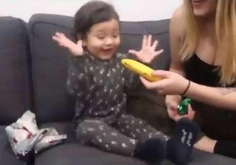 Pai dá banana de presente de Natal para filha, compartilha nas redes sociaise reação da menininha surpreendeu internautas.
