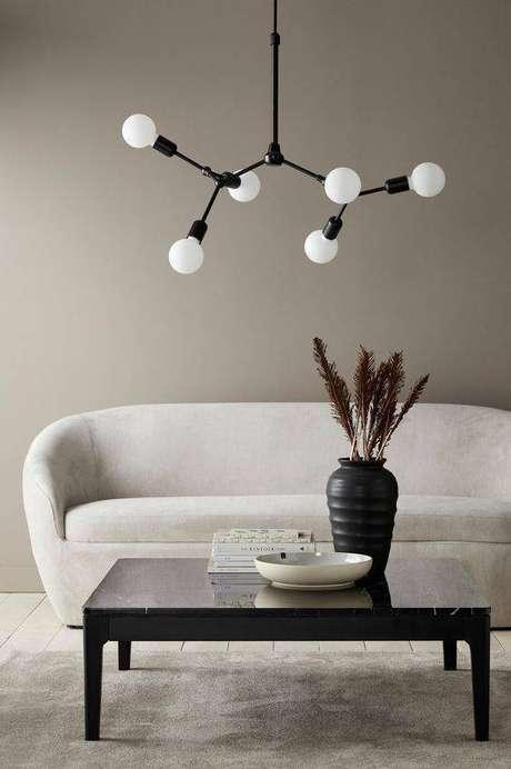 43. Lustres modernos costumam usar muitas lâmpadas. Foto: Ellos