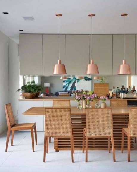 40. Lustres modernos de cobre são lindos. Foto: Tua Casa