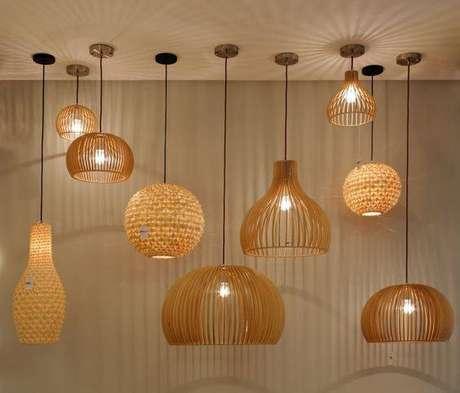 50. Lustres modernos de madeira são os mais delicados. Projeto de Romero Duarte