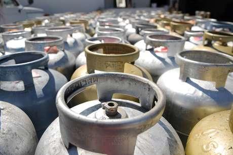 Seguindo a regra de reajustes trimestrais para o GLP, o aumento de 5% atinge o gás de cozinha, que é o botijão de 13 kg, utilizado em domicílios, e também o GLP industrial e comercial