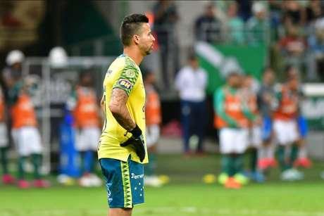 Até ídolos como o goleiro Fábio deverão ter os contratos revisados para se adequar à nova realidade financeira da Raposa- (Foto: Eduardo Carmim/Photo Premium)