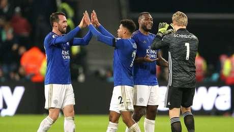 Leicester vence West Ham e fica a 10 pontos do líder