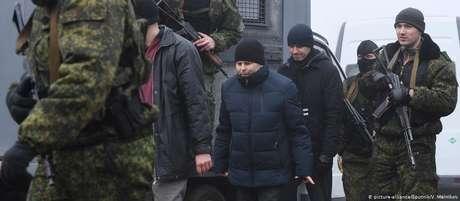 No local da troca, estavam representantes da Cruz Vermelha e da Organização para a Segurança e Cooperação na Europa (OSCE)