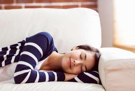 Descubra por que sentimos sono depois de comer